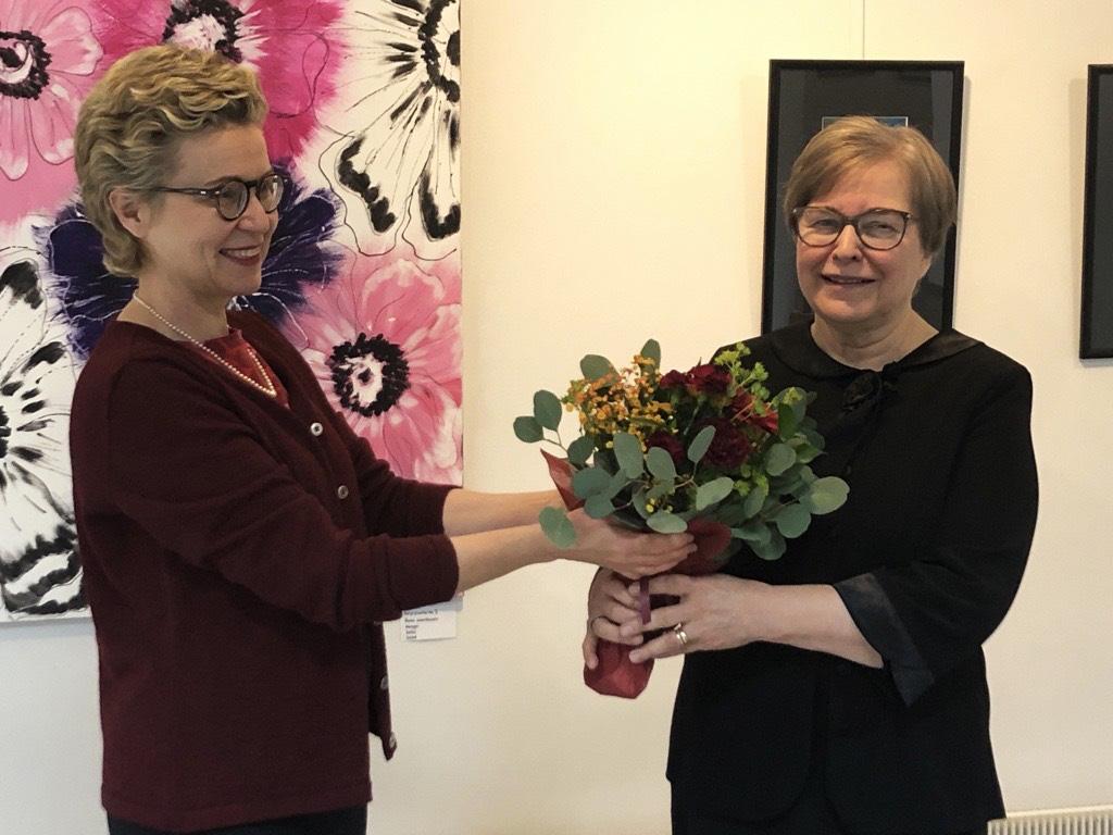 Sirpa Kähkönen ojensi kukat yhdistyksen puheenjohtaja Marketta Takulle.